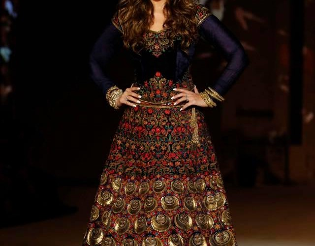 Kareena Kapoor Khan goes Regal for Rohit Bal at LFW16 Finale